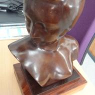 NAM THAI Buste de femme Sujet en bronze à patine brune, signé sous l'épaule sur un socle en bois à gradins Haut. 29 cm